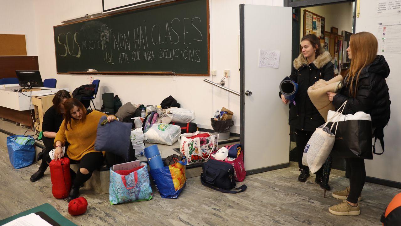 Alumnos tomando posiciones para dormir en las aulas durante la primera jornada de huelga