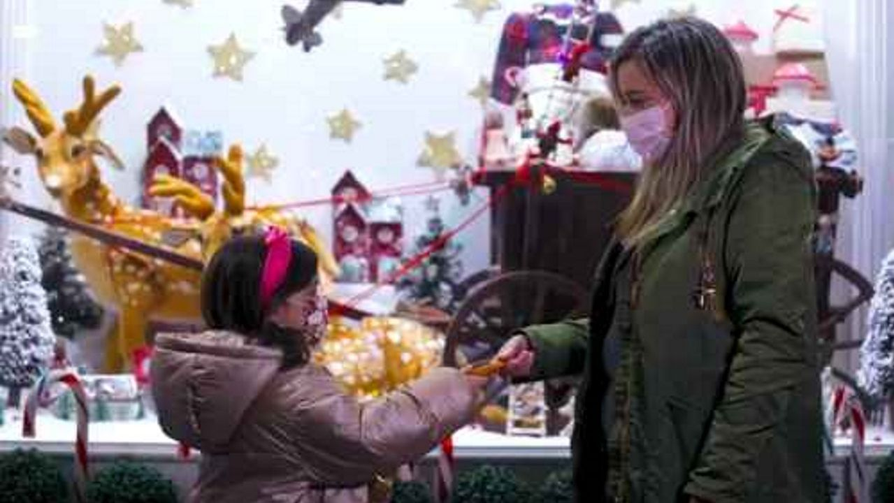 Los niños visitan a los Reyes Magos en el pabellón polideportivo de Milladoiro, Ames.Niham de la Fuente Fuentes fue el segundo bebé del área sanitaria de Santiago en el nuevo año