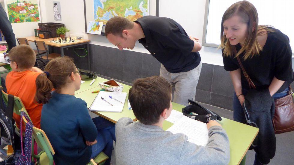 Exposición de belenes en Tui.Os profesores visitantes do St. John?s intercambian impresións cos alumnos do CEIP Camiño Inglés, de Oroso