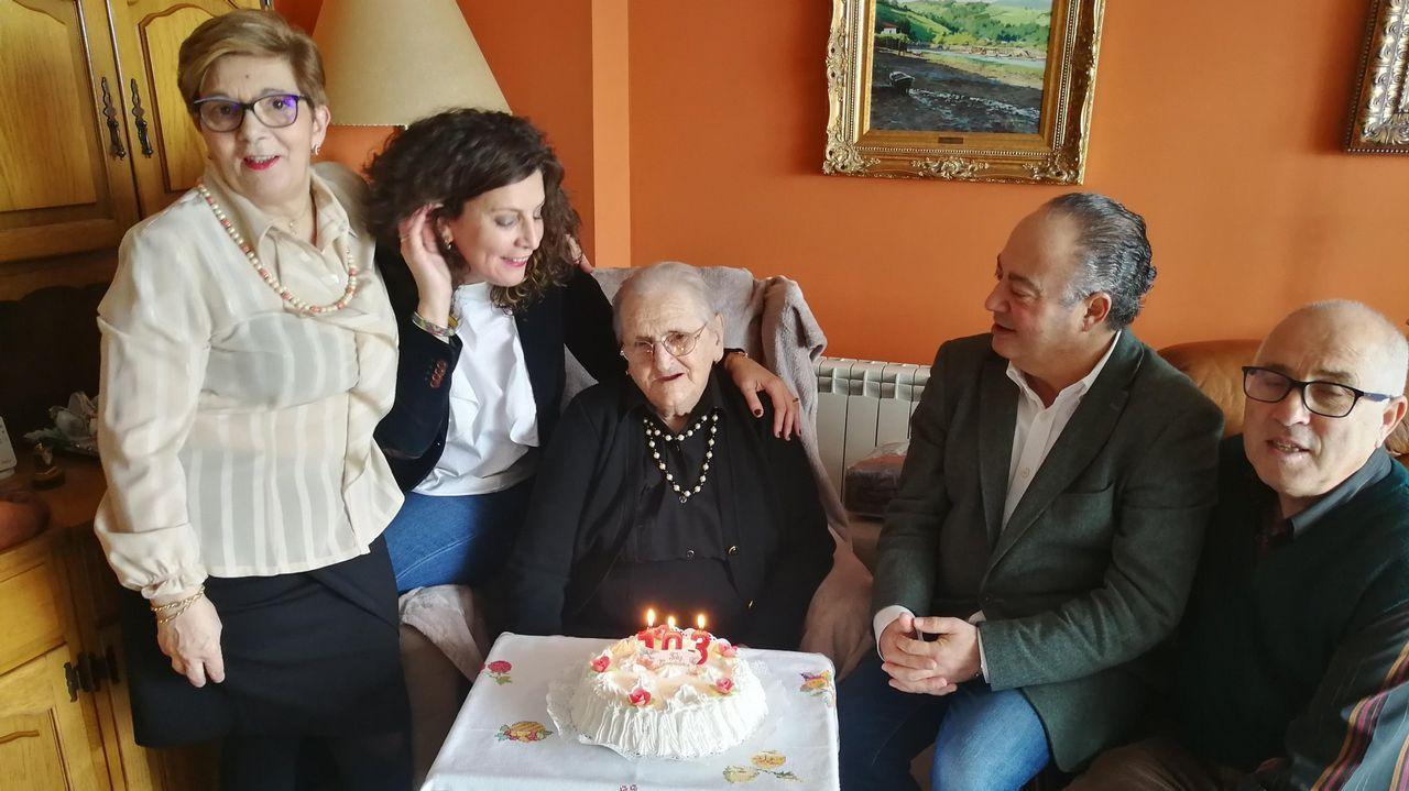 Edivia, en el centro, cuando recibió la visita del alcalde y una concejala al cumplir los 103 años de edad