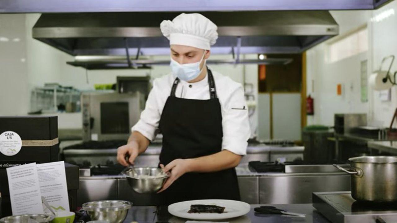 Pablo García cocina uno de sus platos