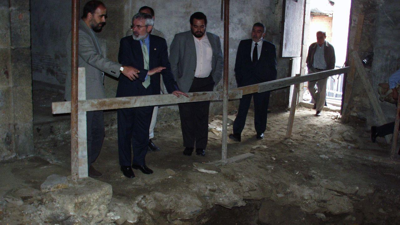 El arqueólogo Celso Rodríguez le explica a Darío Villanueve, en julio del 2000, la excavación justo en lo que hoy es el edificio del Vicerreitorado de Lugo