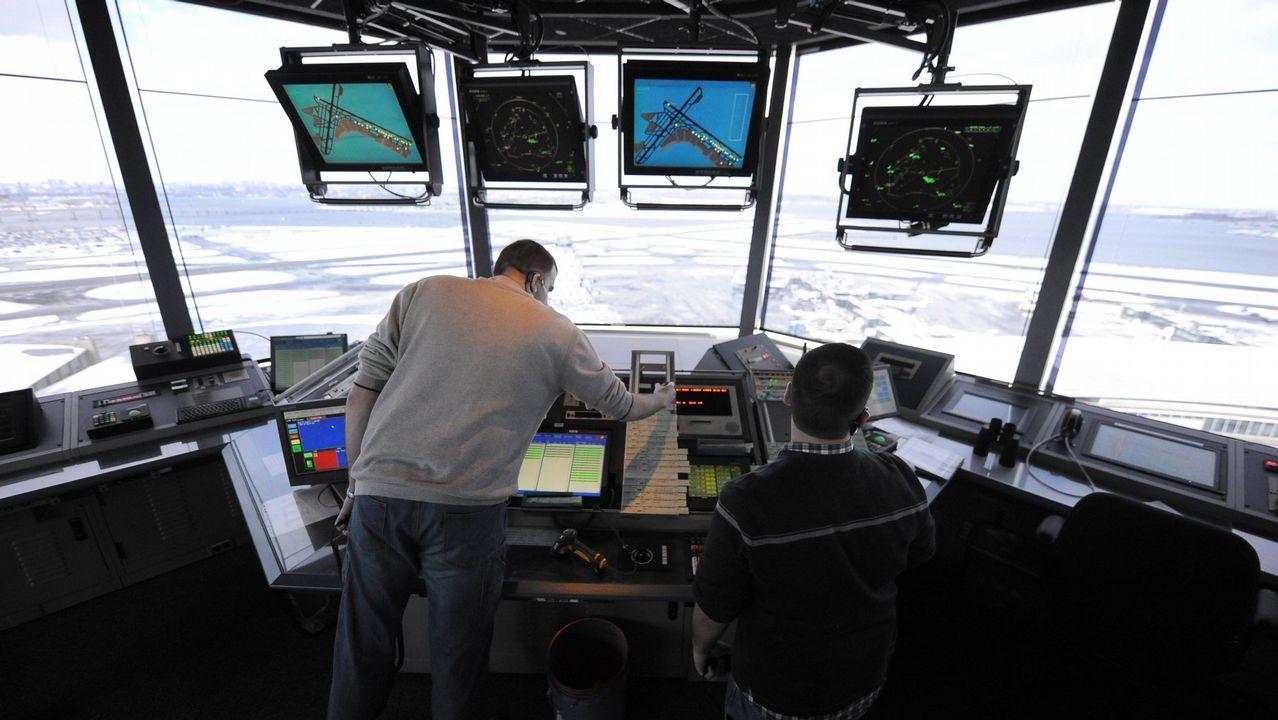 Controladores trabajando en el aeropuerto de La Guardia, en una foto de archivo