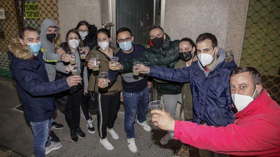 Presentación de «Celada» con Barbantia.Colas de vacunación en el hospital comarcal de Barbanza