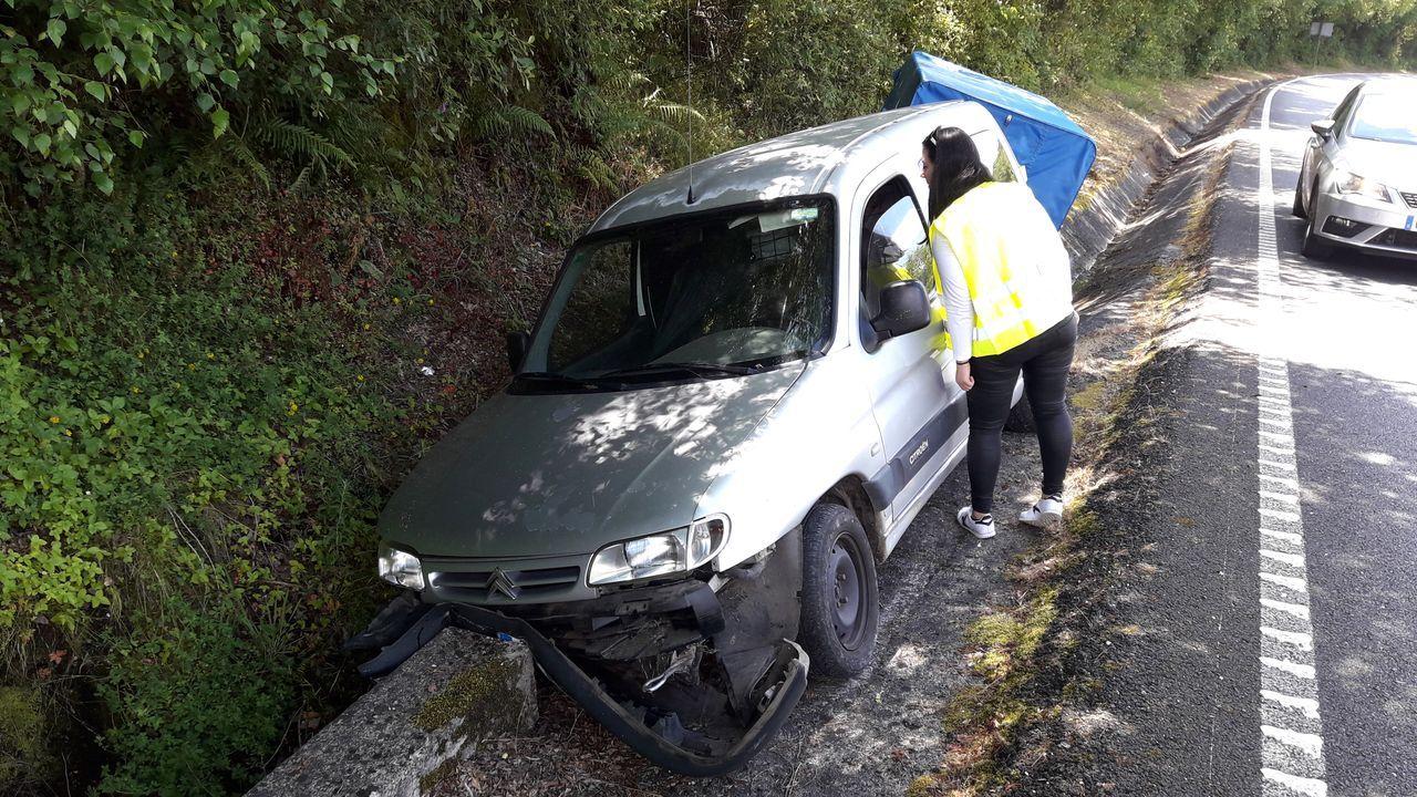 Una visita en imágenes al Carreiro do Castro de Seceda.Una automovilista examina el coche accidentado