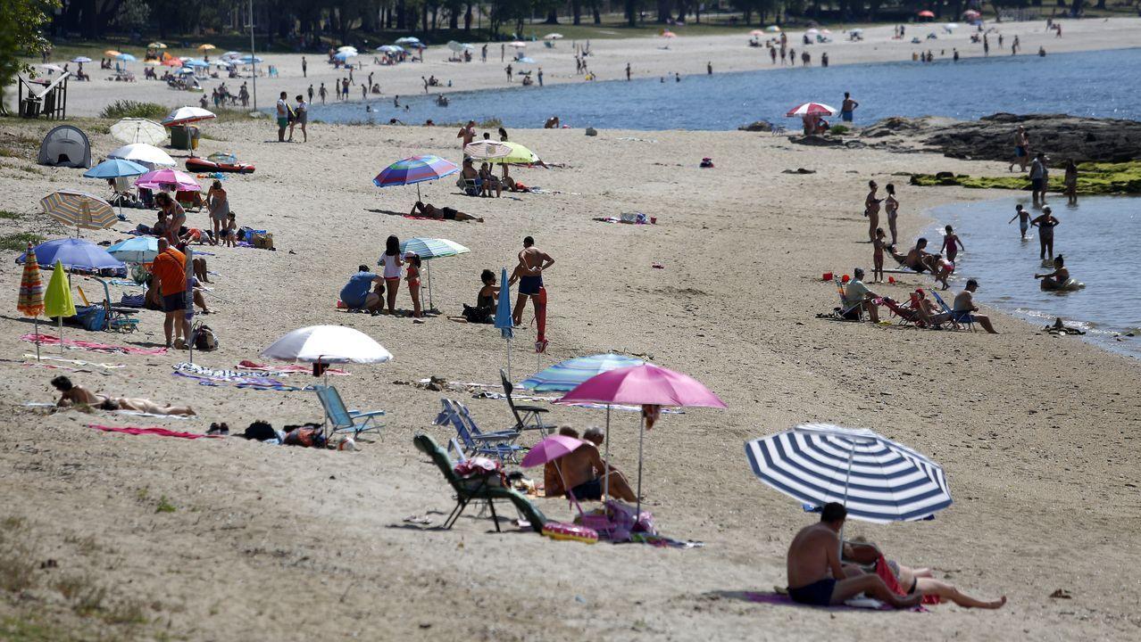 Gran afluencia de bañistas a las playas de Barbanza.En la imagen de la izquierda, grupos de jóvenes haciendo botellón en el entorno de la playa de O Castelo. En la derecha, estado en el que queda la calle tras la noche