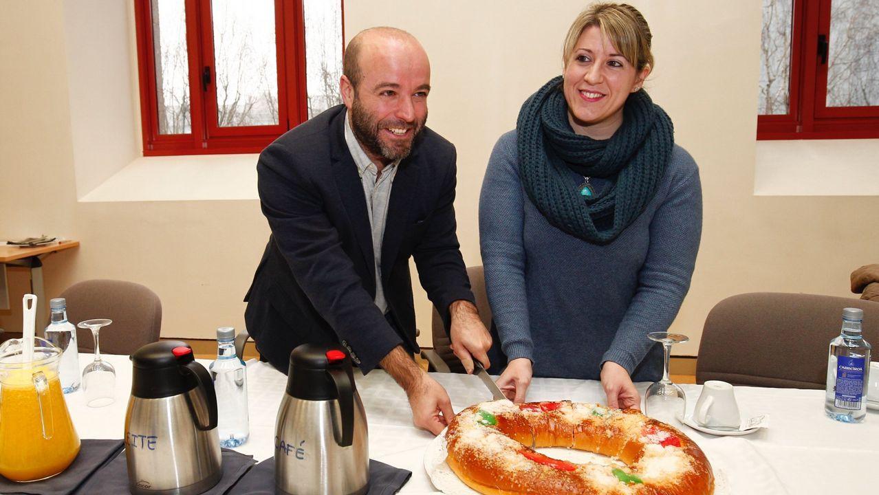Villares y Santos cortando un roscón de Reyes en enero