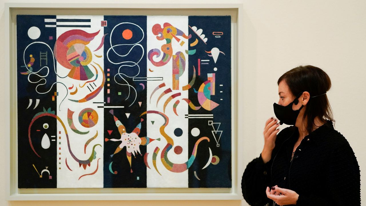 Lekha Hileman Waitoller, junto a la obra de Kandinsky «A rayas», de noviembre de 1934