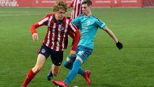 Carlos Ballestero, a la izquierda, en un partido entre el Atlético y el Murcia