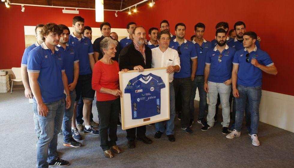 La plantilla fue recibida ayer por Miguel Anxo Fernández Lores, quien recibió una camiseta enmarcada.