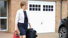 La ministra principal de Escocia, Nicola Sturgeon, a su salida este lunes de su casa en Glasgow