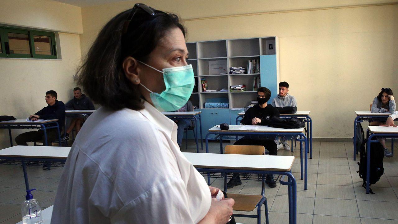 Los alumnos griegos de último curso, que hoy han regresado a las aulas, deben cumplir unas medidas de distanciamiento y prevención