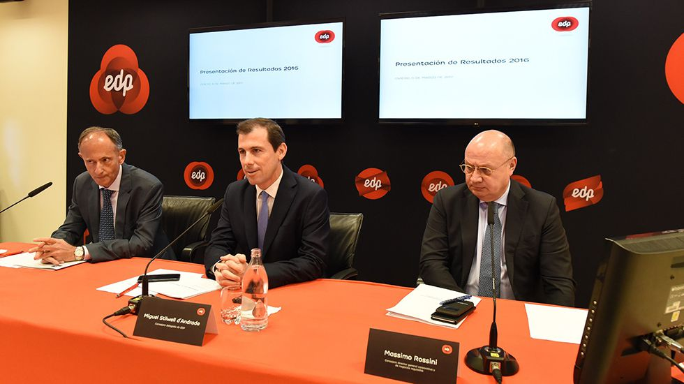 La sede de Duro Felguera.El consejero delegado de EdP España, Miguel Stilwell d´Andrade (centro); el director comercial, Javier Sáenz de Jubera (izquierda), y el responsable de Naturgas, Massimo Rossini (d), durante la rueda de prensa en la que presentaron los resultados de la eléctrica en Oviedo en marzo
