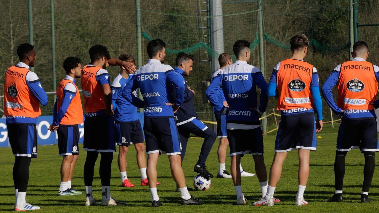 Los jugadores del Dëpor escuchan la charla de su entrenador durante una sesión de trabajo de esta semana