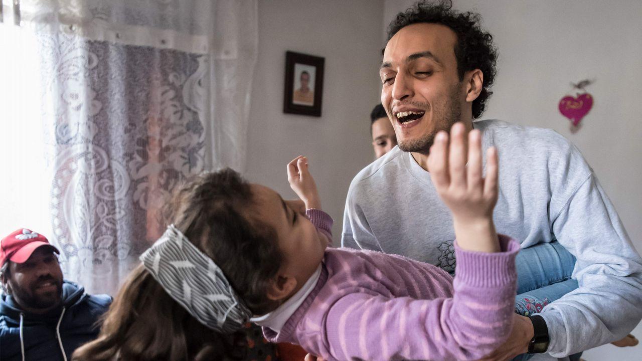 El reportero Mahmud Abu Zeid juega con su sobrina en su casa en El Cairo tras ser liberado