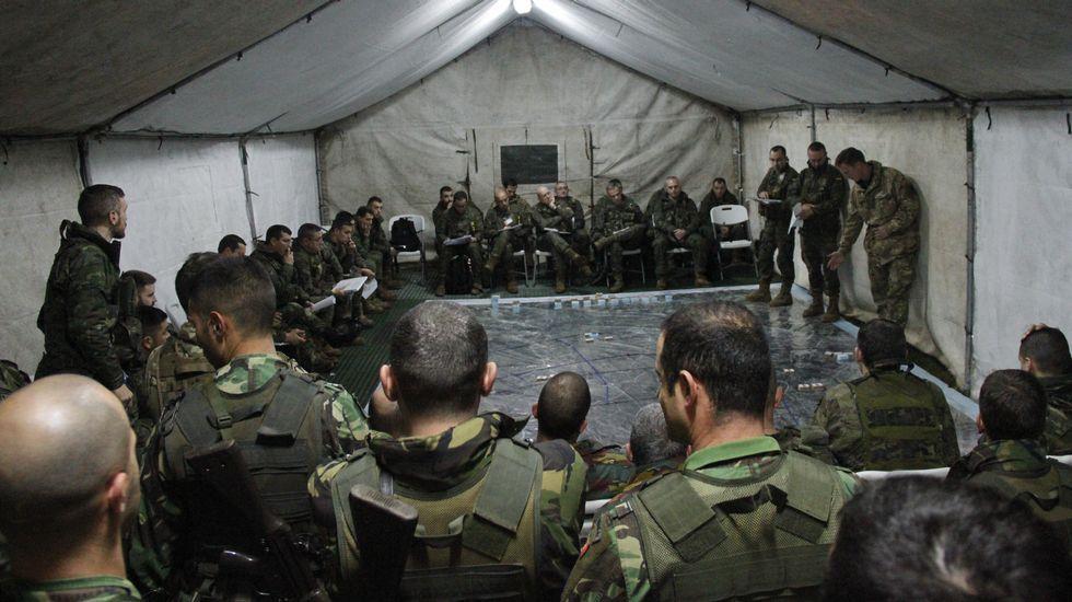 Distintos momentos del adiestramiento de los militares.Alumnos del colegio Hijas de Cristo Rey pusieron en marcha una campaña para ayudar a un campo de refugiados en la frontera con Albania.