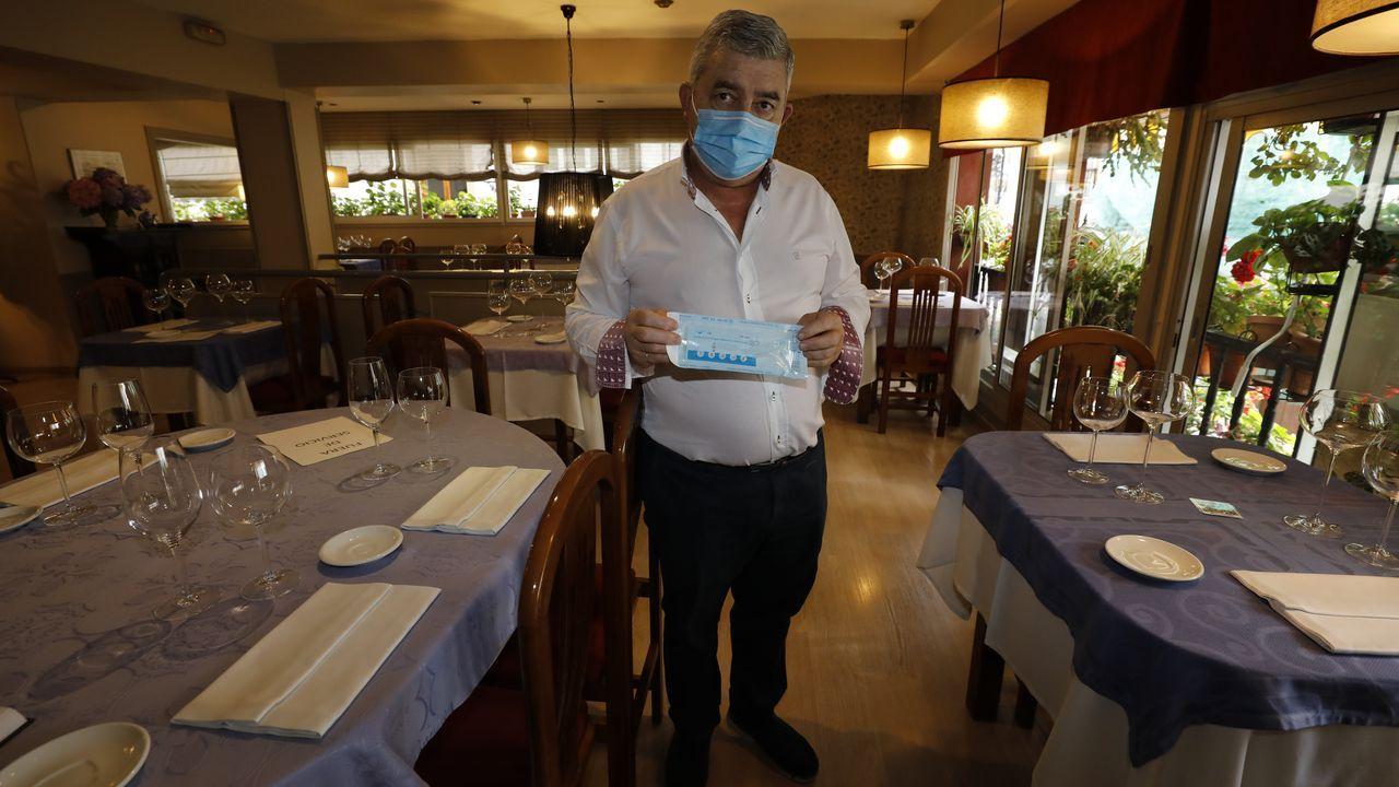 Enrique Porral, de O'Asador, de Viveiro, con algunos de los test de antígenos que tiene de reserva en su establecimiento