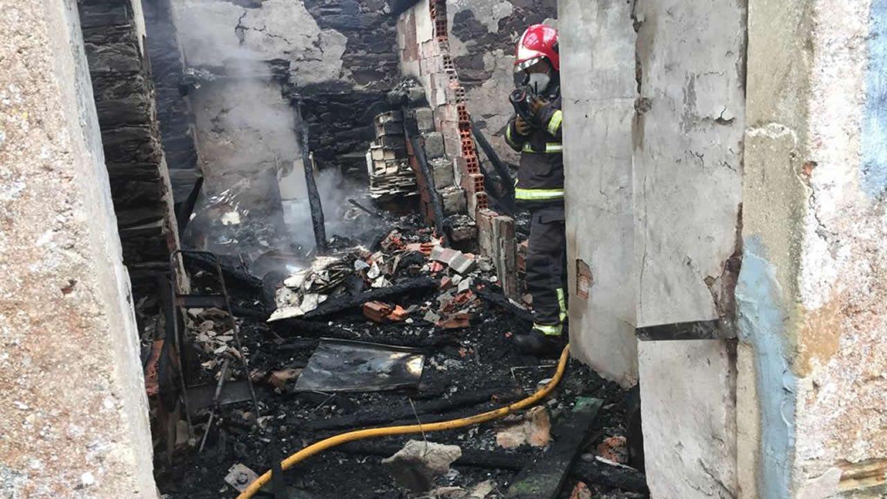 Arde por completo una casa en el lugar de Limiñón, en Abegondo.Imagen de este lunes en el centro de salud de Abegondo, donde comenzó el cribado de pruebas PCR