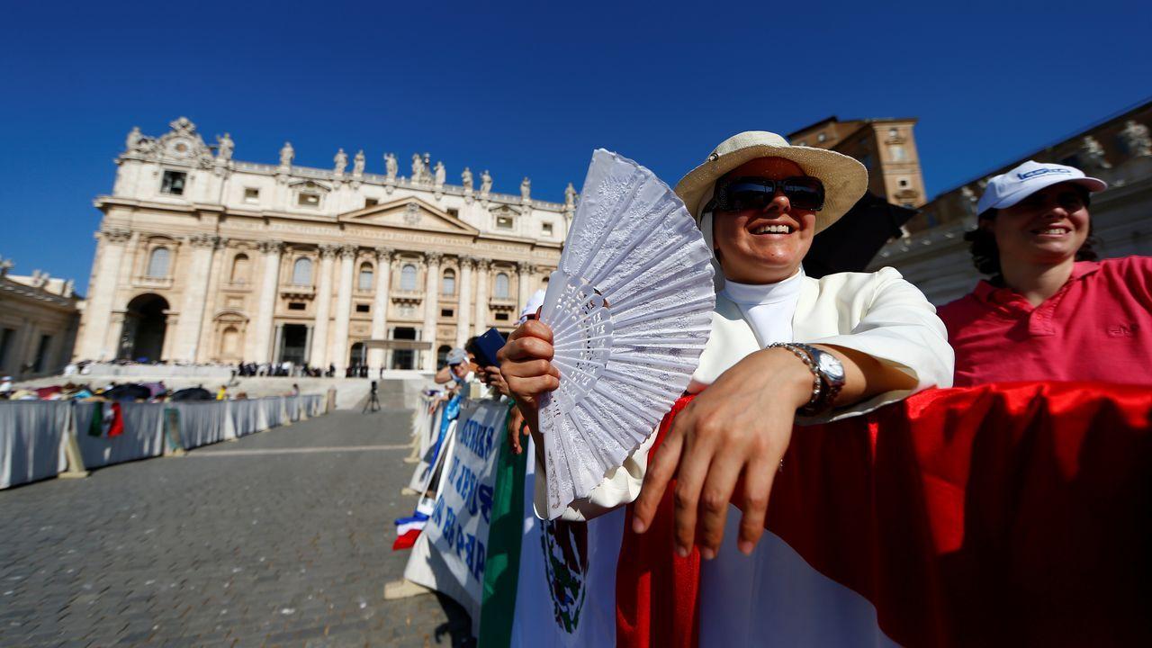 Abanicos en la plaza de San Pedro, en el Vaticano