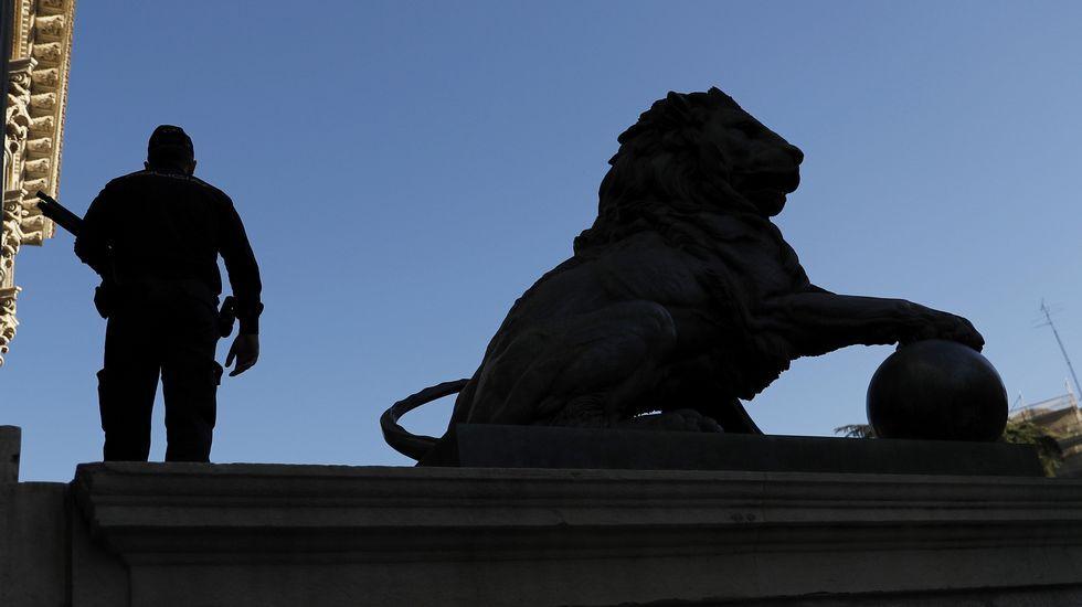 Un agente de la policía junto a la escultura del león del Congreso