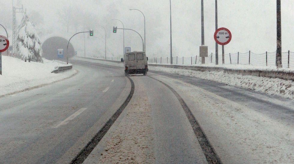 La nieve dificulta el tráfico en la autopista del Huerna.Imagen de la autopista del Huerna que une Asturias con León y que sigue en nivel de alerta verde, después de que esta mañana haya estado cerrada durante varias horas al tráfico de vehículos pesados e incluso para turismos y autobuses que no llevaran neumáticos de invierno.