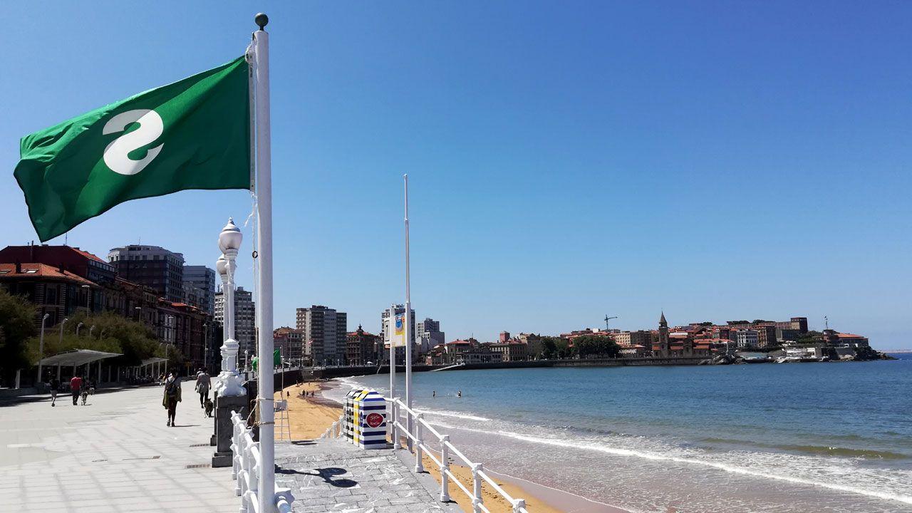Bandera verde para el baño en la playa de San Lorenzo