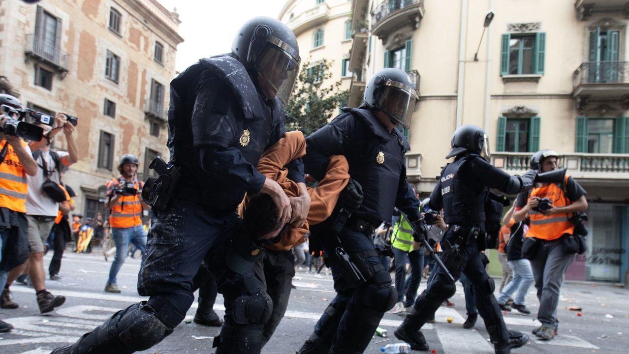 Agentes de la Policía Nacional detiene a un joven, el pasado viernes en Barcelona