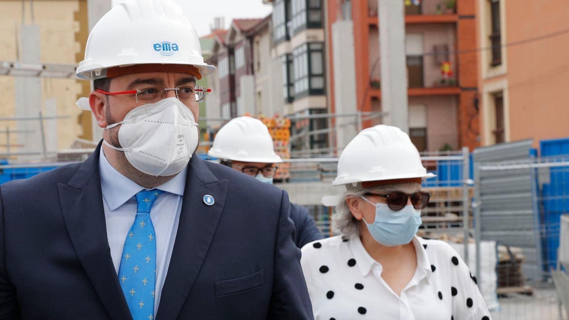 El presidente asturiano, Adrián Barbón, con la alcaldesa de Gijón, Ana González, en la visita a las obras de Tabacalera