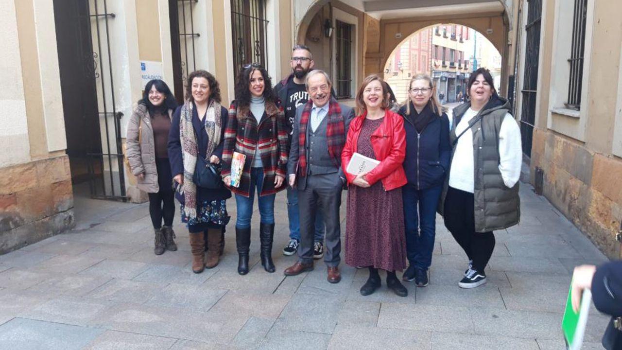 Wenceslao López y Ana Taboada junto a representantes de varias Ampas de Oviedo
