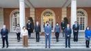 El presidente del Gobierno, Pedro Sánchez, acompañado de varios de sus ministros, posa en la escalinata de la Moncloa antes de presidir la reunión con el Patronato de la Fundación Centro para la Memoria de las Víctimas del Terrorismo