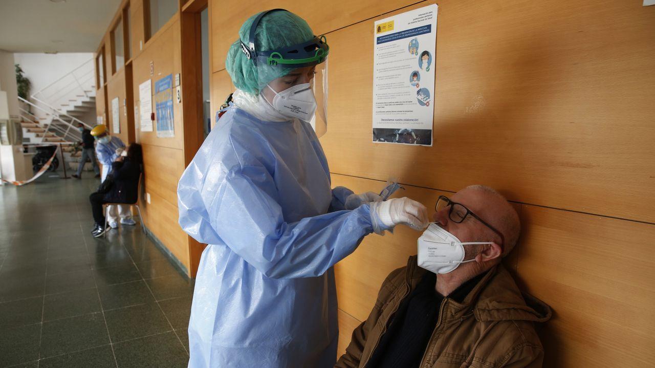 Los primeros mayores de 80 que no viven en residencias vacunados contra el covid en Galicia.Marité, una mujer de 100 años, recibe su vacuna en la residencia Padre Rubinos de A Coruña el pasado 15 de e febrero