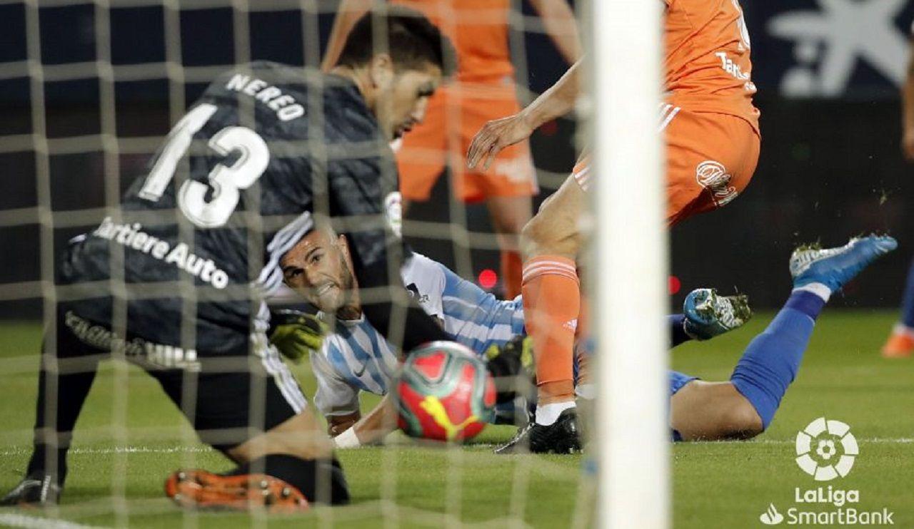 Champagne Sadiku Malaga Real Oviedo La Rosaleda.Champagne trata de detener un cabezazo de Sadiku