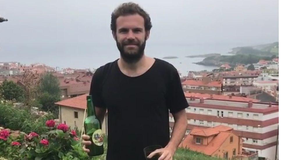 Juan Mata escancia sidra durante sus vacaciones en Asturias.