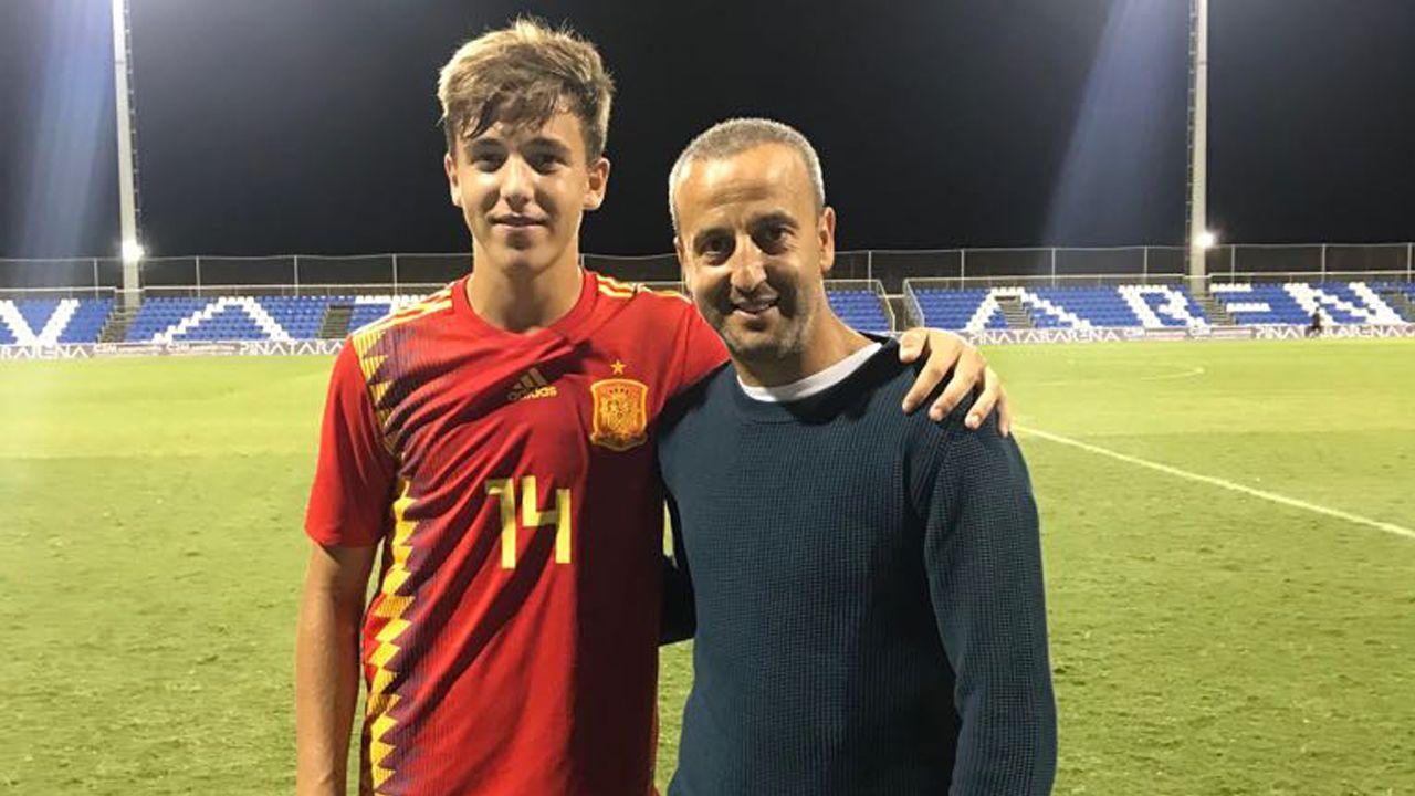 Con su padre, la primera vez que se enfundó la elástica de la selección española, en categoría cadete.
