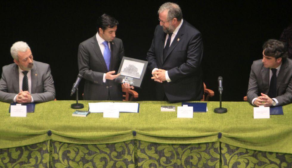 Los alcaldes de Ferrol y Lugo intercambiaron regalos en su reencuentro anual. <span lang= es-es >fotos</span><span lang= es-es > josé pardo</span><span lang= es-es > </span>