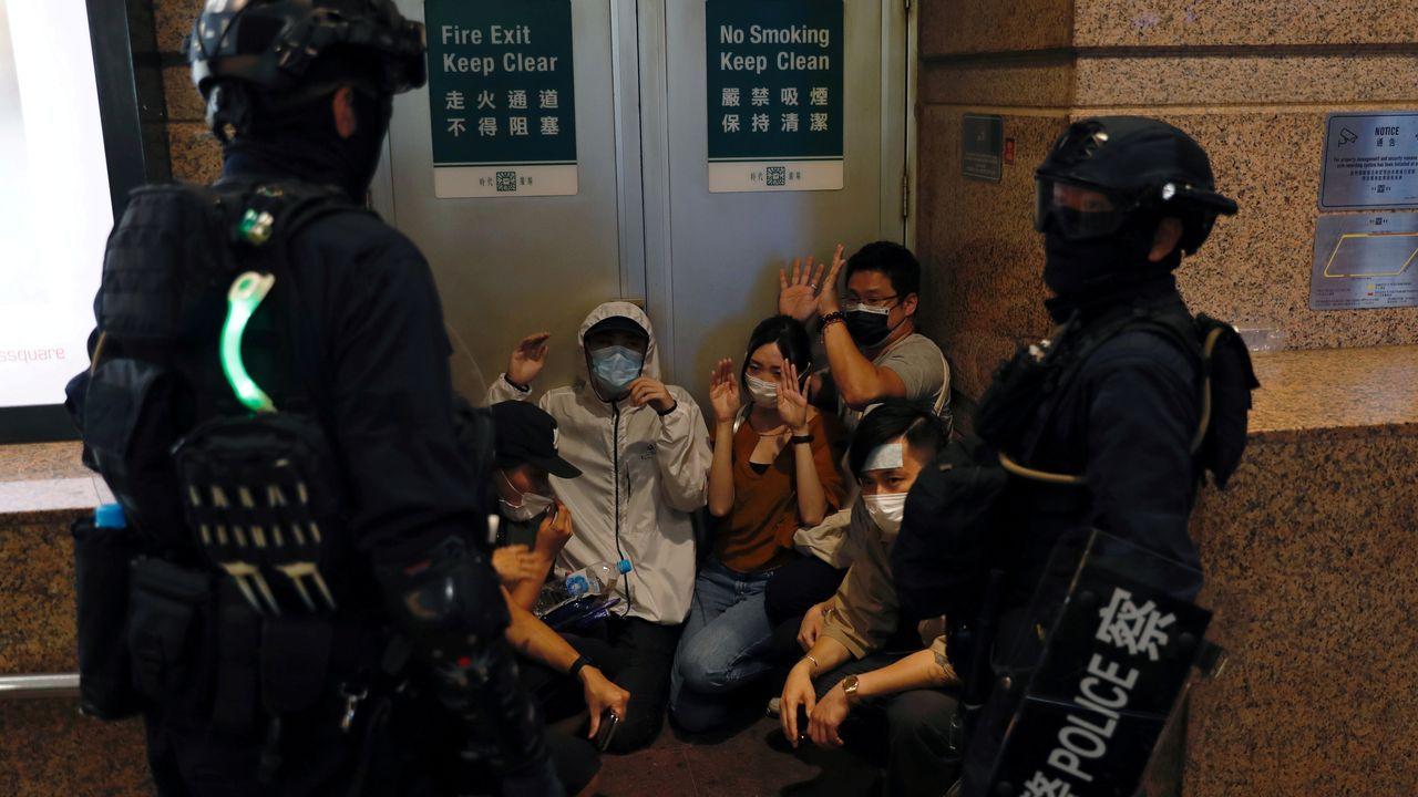 Manifestanes detenidos en Hong Kong por la policía tras la entrada en vigor de la ley de seguridad