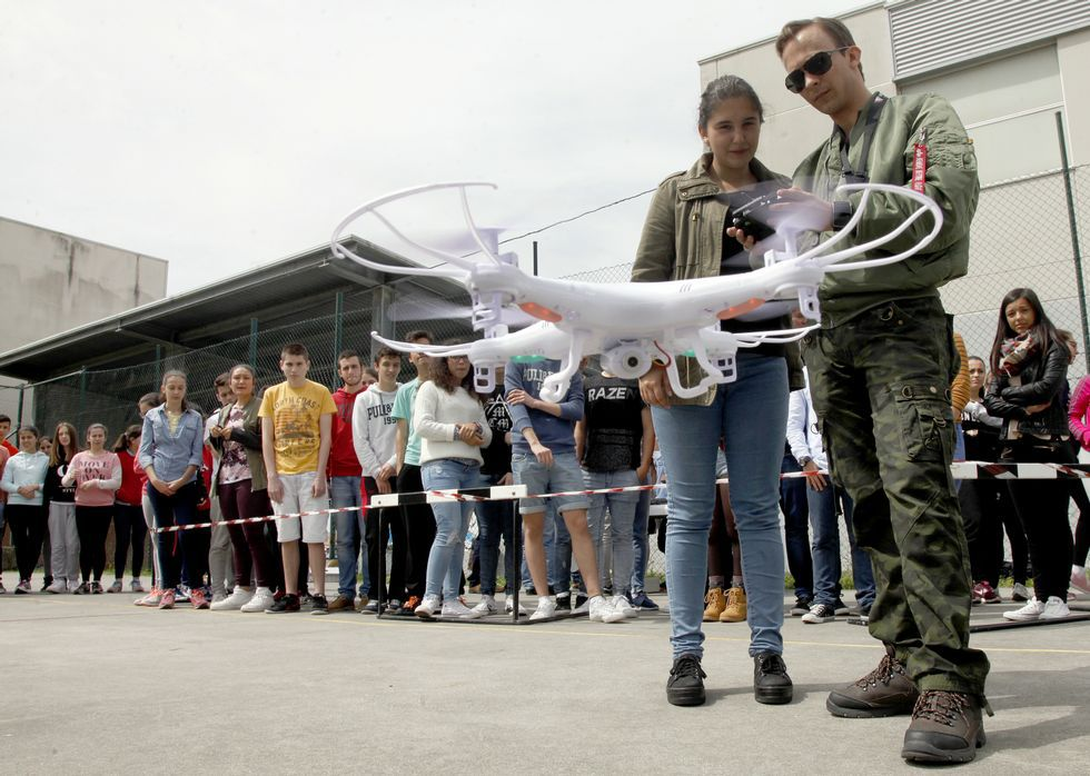 Un experto en aeronáutica ha sido el encargado de enseñar a los jóvenes como pilotar el dron.