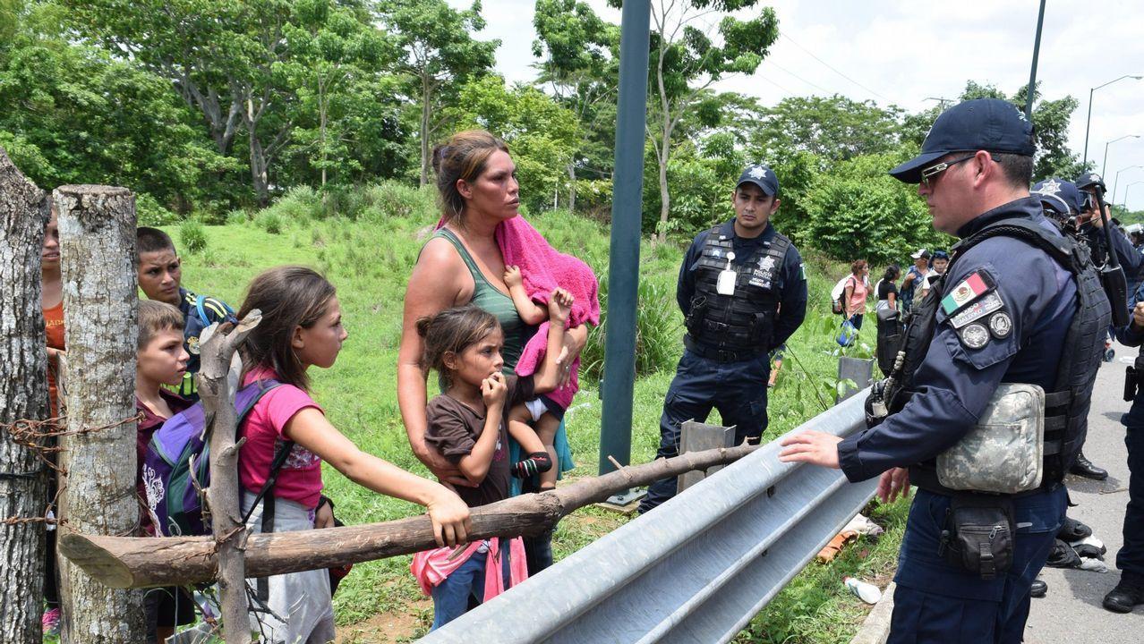 Retiran una mina sin explotar, adherida al casco de uno de los dos petroleros atacados en el Golfo.Policías mexicanos impiden a una familia de migrantes entrar por la frontera con Guatemala