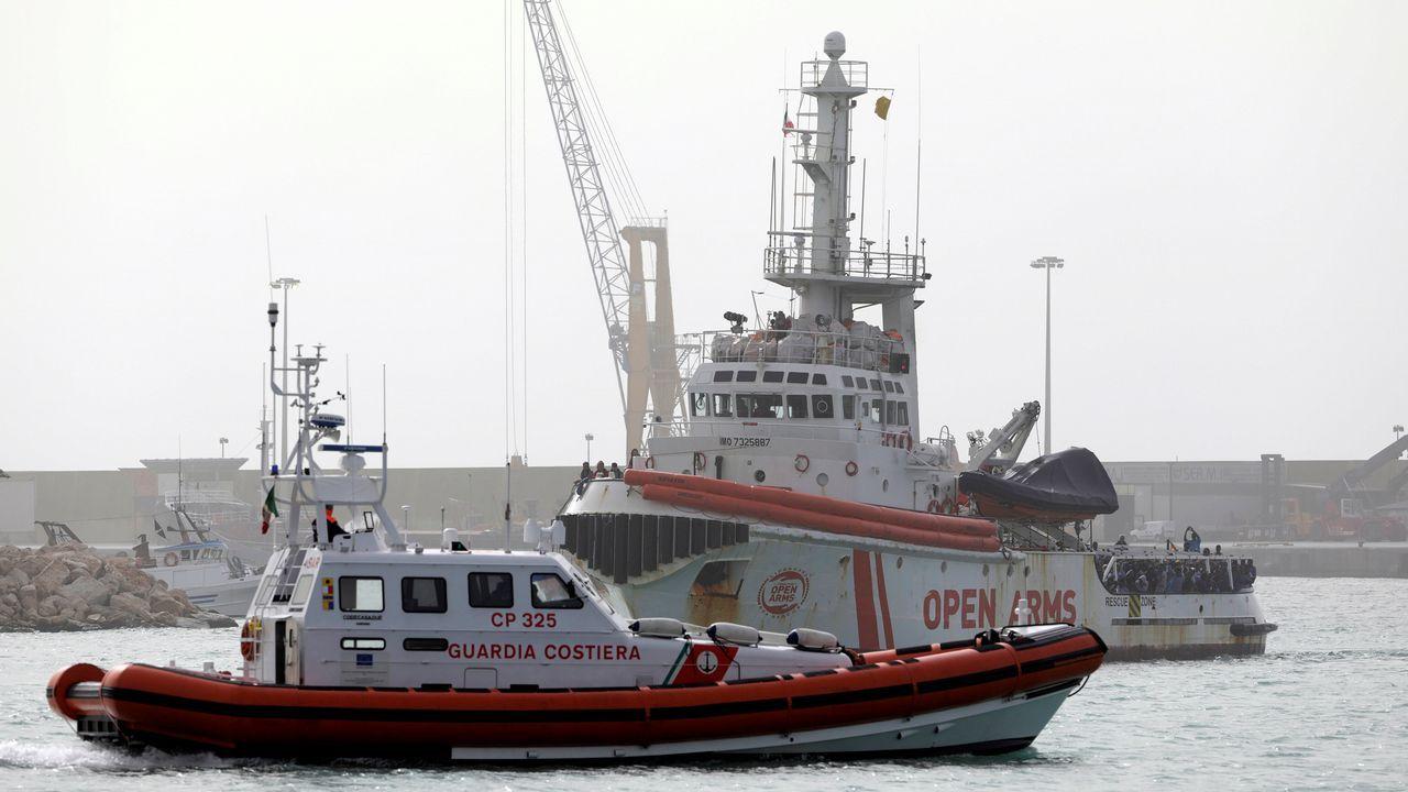 El Open Arms podría ser sancionado en España hasta con 900 mil euros.Los guardacostas italianos difundieron imágenes del rescate de los migrantes que se lanzaron al mar