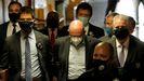 Allen Weisselberg, con mascarilla blanca, en el centro, este jueves, antes de su comparecencia ante un juez de Manhattan