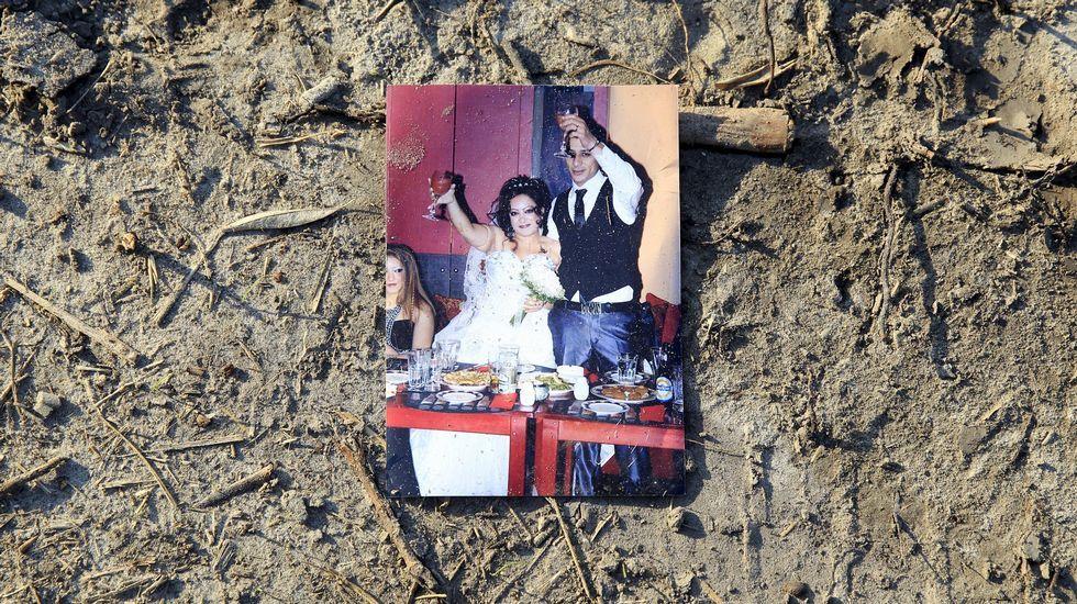 Foto de una boda de un inmigrante sirio caída en el suelo en la frontera entre Hungría y Serbia