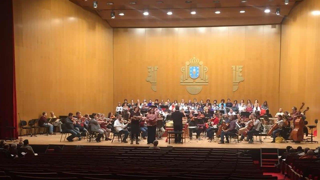 Ensayo general de «El Mesías» con la Filharmonía.Albert Pla, solo en el escenario, en uno de los momentos de espectáculo multimedia «Miedo»
