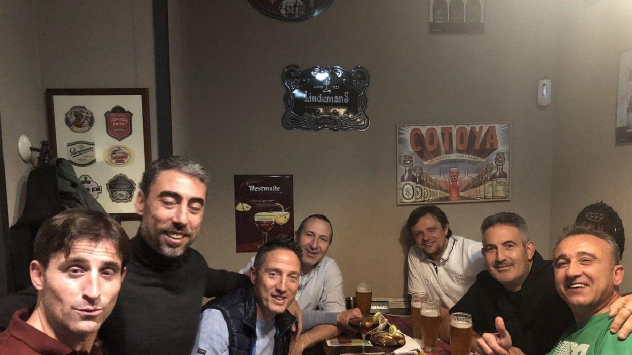 La fotografía del recuerdo. De izquierda a derecha: Caco Morán, Marcelino Elena, Tino, Tomás Hervás, Rogelio, Hugo Pérez y Juanele