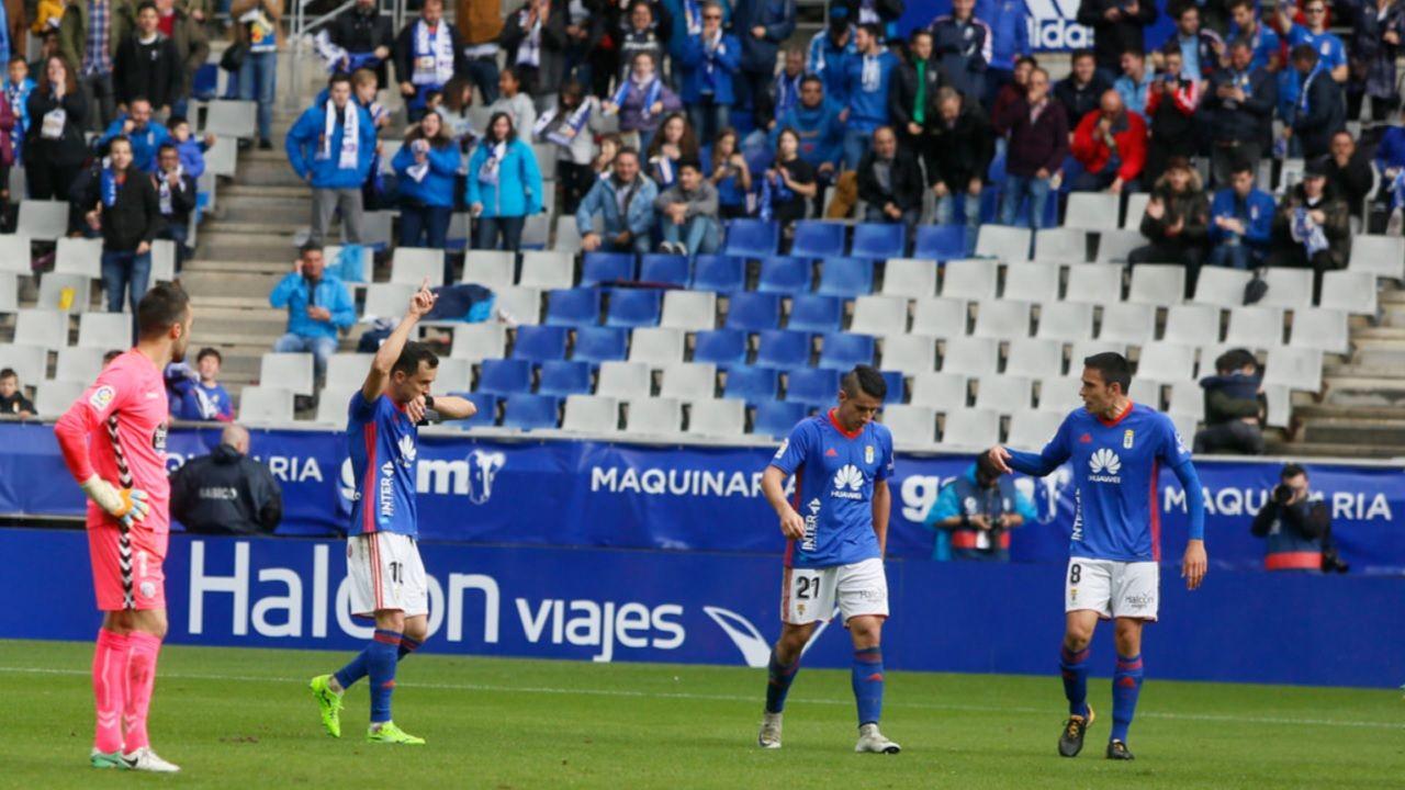 Linares Real Oviedo Carlos Tartiere Lugo Horizontal.Linares besa su muñequera tras el 2-1 ante el Lugo