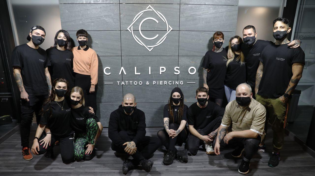El equipo de Calipso posa con motivo de su reapertura en el local con mil metros cuadrados de la Ronda de Nelle, en A Coruña