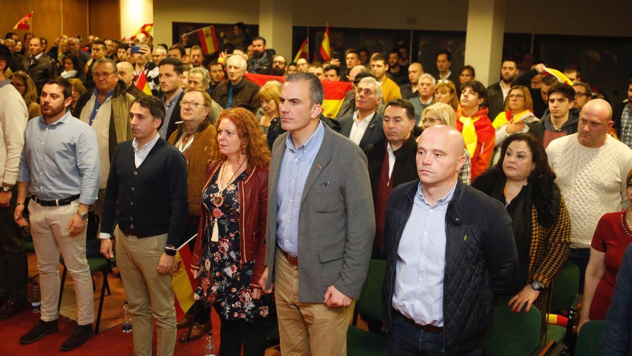 Mercedes Rajoy, en primer término, con su madre y su hermano Mariano Rajoy en una foto tomada en Oviedo.