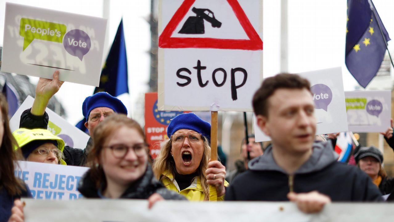 Activistas «antibrexit» protesta en las puertas del Parlamento británico