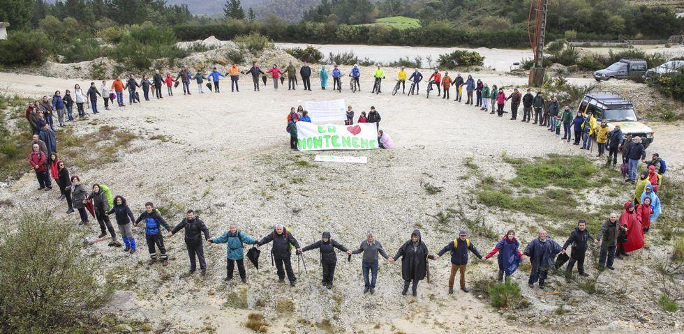 La inclusión llega al castro A Cidá de Borneiro.Los participantes en la concentración formaron un círculo simbólico, desplegaron pancartas y leyeron un manifiesto reivindicativo.