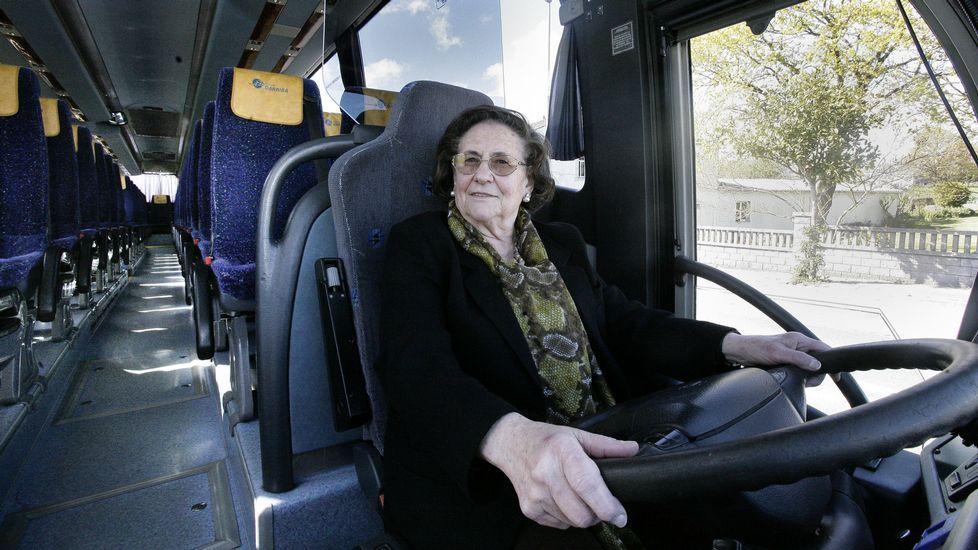 María Luisa Hermida Fernández conductora de la empresa de autobuses de Darriba.Los futbolistas del Escairón ven cerca la Preferente.