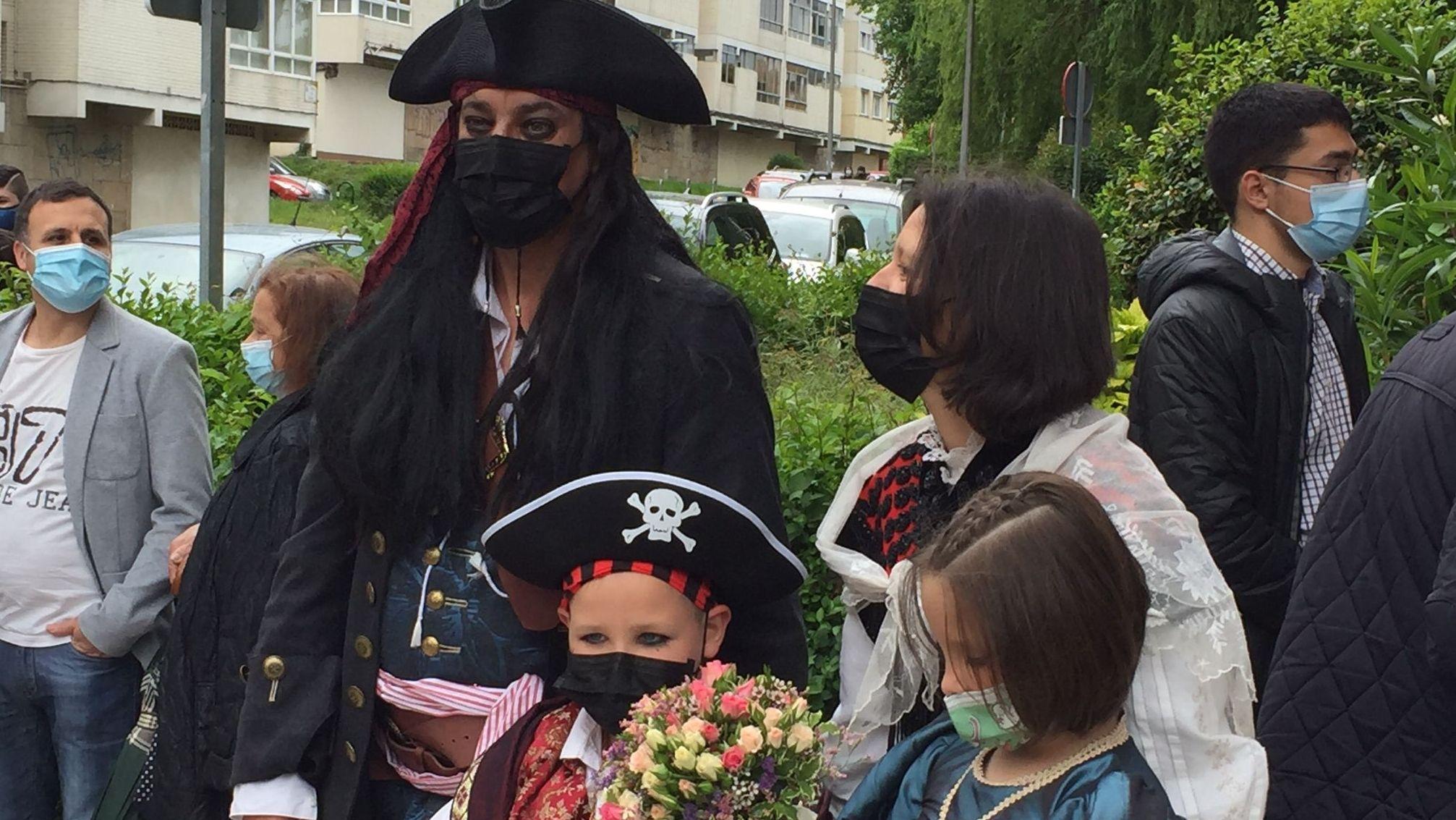 Jack Sparrow se da el sí quiero en Vigo.La madre y la hermana de Déborah en una visita a su tumba el pasado abril